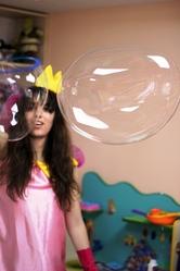 Шоу гигантских мыльных пузырей в Кемерово.