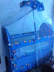 детская кроватка-манеж, сине-голубого цвета.на колесиках